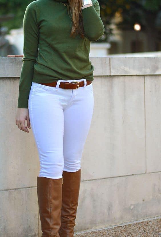 outfit con pantalón blanco botas