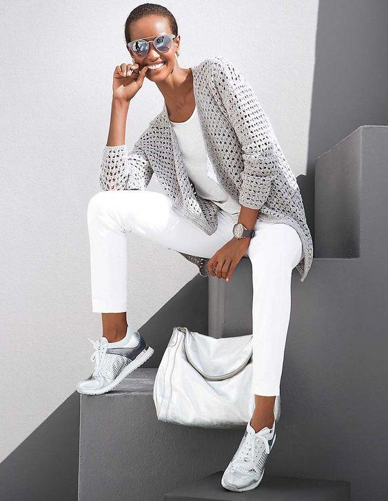 outfit con pantalón blanco casual