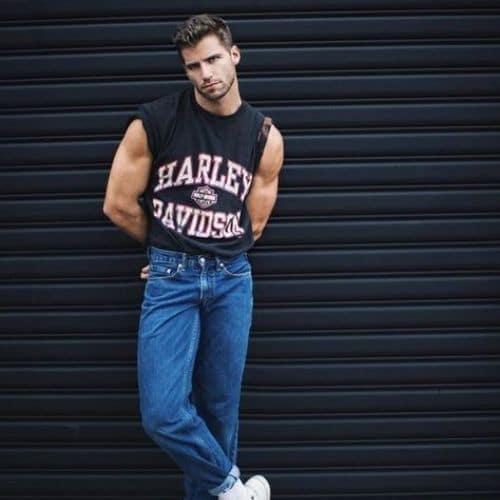outfit 80s para hombre con playera sin mangas y jeans de tiro alto para hombre