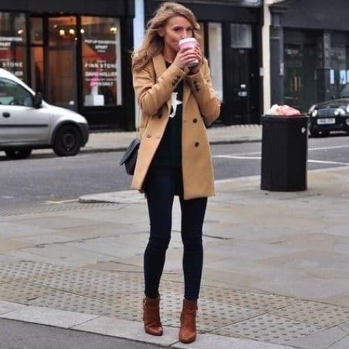 Outfit con botines color café para otoño, con abrigo camel
