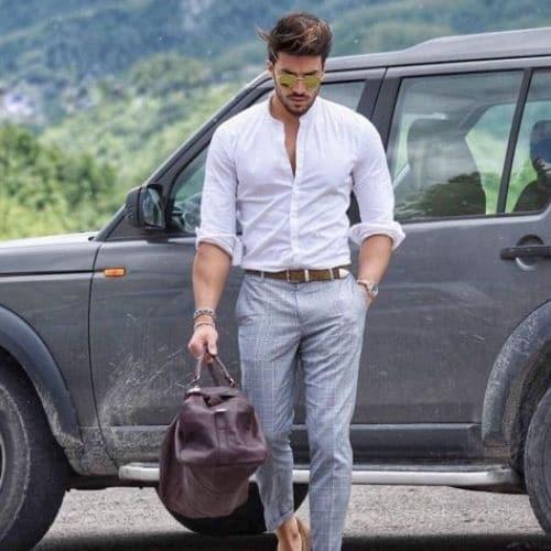 outfit de hombre con pantalon gris y camisa blanca cuello mao