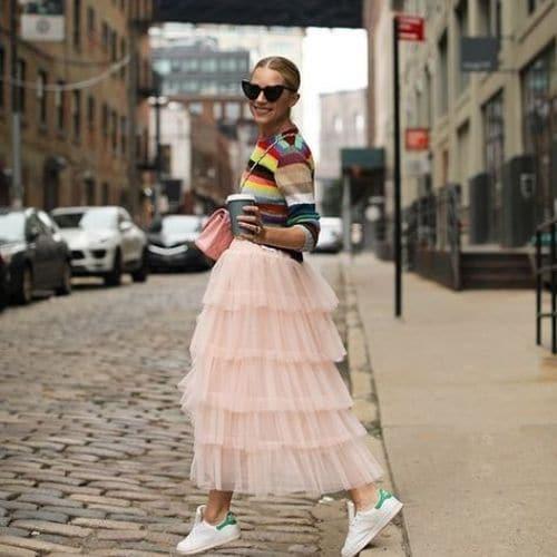 outfit fashionista con falda larga de tul y camiseta a rayas multicolor