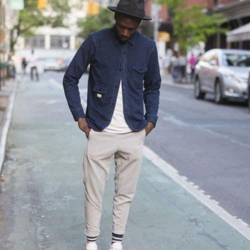 Outfit jogger gris claro con camisa azul para hombre