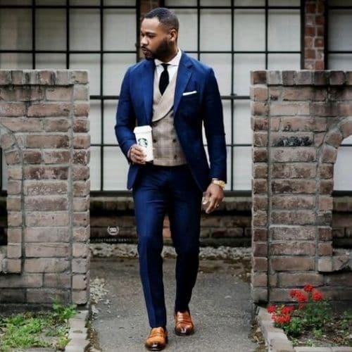 Outfit de boda para el novio con traje azul eléctrico, chaleco gris y zapatos