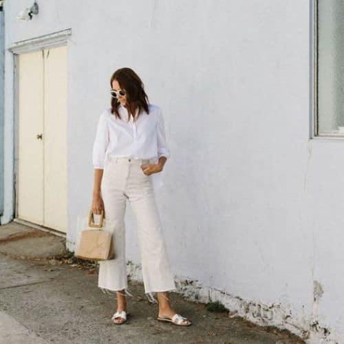 Outfit total white con jeans de pierna ancha, camisa blanca y bolso transparente