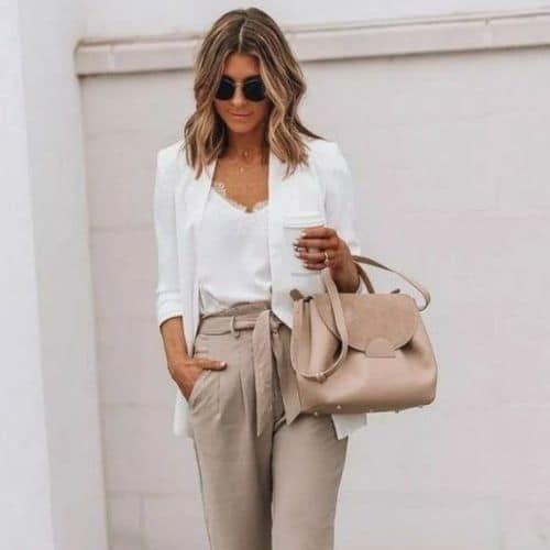 Blusa blanca con encaje en escote