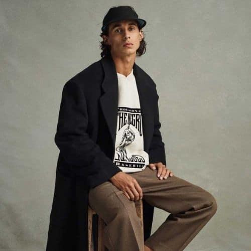 Outfit casual de hombre para otoño con sudadera estampada y abrigo