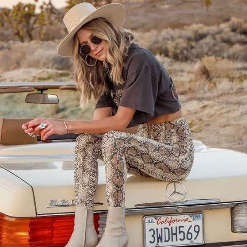 Outfit vaquero para mujer con leggings animal print