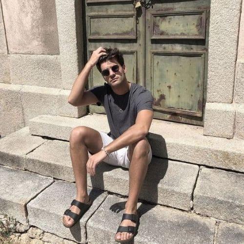 Outfit de verano con camiseta gris y shortsblancos