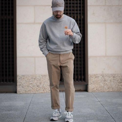 Outfit casual deportivo para hombre con pantalones de vestir y sudadera