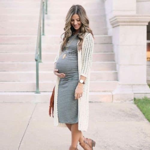 outfit para mujer embarazada con vestido a rayas y cardigan largo