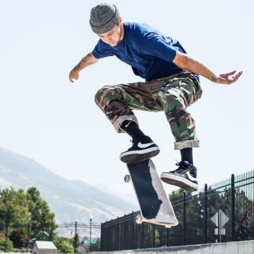 Outfit skater de hombre con pantalón de camuflaje