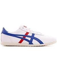 Tenis blancos con franjas rojas y azules